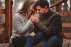 爱恋的年轻夫妇愉快室外在舒适在森林里一起温暖步行 免版税图库摄影