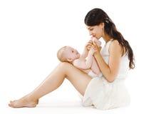 爱恋的年轻母亲亲吻的脚她的婴孩 库存照片