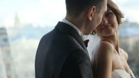 爱恋看在彼此和微笑的愉快的年轻美丽的新婚佳偶 嫩时候 美妙的利沃夫州都市风景 股票录像