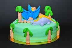 爱恐龙的孩子的生日蛋糕 库存图片