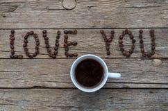爱您在木背景的咖啡豆 免版税库存照片