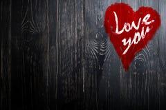 爱您在被绘的困厄的葡萄酒难看的东西纹理木背景的心脏问候 免版税图库摄影