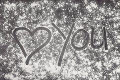 爱您有心脏的绘与在麦子膳食的手指一个灰色加工面上 库存图片