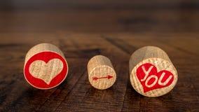 爱您有指向在您的红色牡鹿的箭头在黄柏片断Valentine's天想法的红色牡鹿的在葡萄酒橡木正面图 库存照片