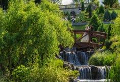 爱情小说在宫殿公园 图库摄影