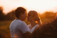 爱情小说男人和妇女画象背景干草堆的 库存图片