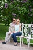 爱情小说,在长凳的年轻夫妇 拉丁文的关系 免版税库存图片
