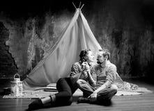 爱情小说,浪漫柔软夫妇在演播室 葡萄酒 库存图片