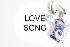 爱情歌曲背景om卡型盒式录音机磁带形状心脏 免版税库存图片