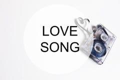 爱情歌曲背景om卡型盒式录音机磁带形状心脏 免版税库存照片