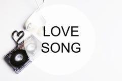 爱情歌曲背景om卡型盒式录音机磁带形状心脏 图库摄影