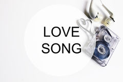 爱情歌曲背景om卡型盒式录音机磁带形状心脏 免版税图库摄影