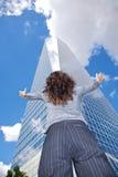 爱慕的回到女实业家水晶摩天大楼 免版税库存照片