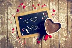 爱或华伦泰` s与黑板、心脏和Coff的天概念 库存照片