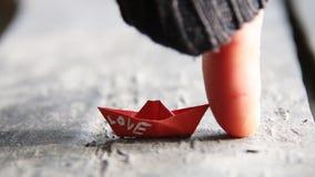 爱或婚礼想法,在纸小船的文本 股票视频