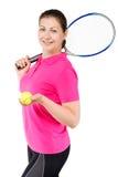 爱打在白色的网球一个愉快的女孩的画象 免版税库存图片