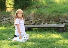 爱抚小狗的小女孩 图库摄影