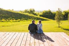 爱拥抱在自然后面视图的一个码头的夫妇 免版税图库摄影