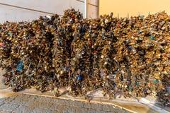爱挂锁墙壁在城市的中心 库存照片