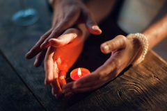 爱接触  一浪漫桌藏品和touchi的恋人 免版税库存照片