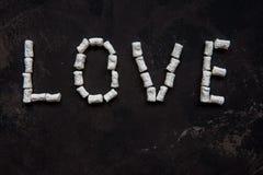 爱文本由白色心脏蛋白软糖,爱的装饰制成 免版税库存照片