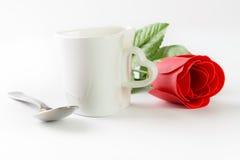 爱有茶匙子和红色玫瑰的形状杯子 库存图片