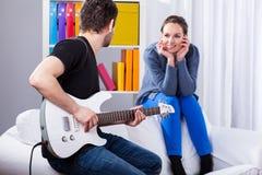 爱机智吉他弹奏者的妇女 库存图片