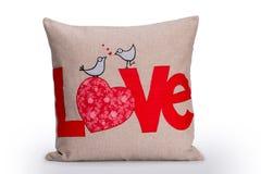 爱枕头、红色在布朗绣的情书和两只鸟 库存图片