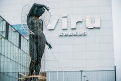 爱沙尼亚塔林 一名裸体妇女的雕象用她的在她的头的手 图库摄影