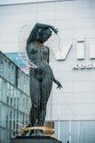 爱沙尼亚塔林 一名裸体妇女的雕象用她的在她的头的手 库存图片