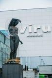 爱沙尼亚塔林 一名裸体妇女的雕象用她的在她的头的手 免版税库存照片