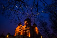 爱沙尼亚塔林 与照明设备的夜风景 亚历山大・涅夫斯基大教堂看法  著名正统大教堂是塔林的 库存图片