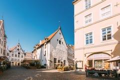 爱沙尼亚塔林 休息在街道老的咖啡馆餐馆的人们 免版税库存图片
