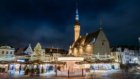 爱沙尼亚塔林 传统圣诞节市场和转盘定期流逝在市政厅广场 圣诞树和 股票录像