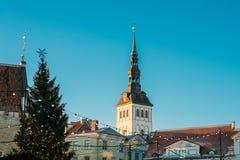 爱沙尼亚塔林 圣尼古拉斯Niguliste圣诞树和教会  图库摄影