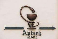 爱沙尼亚塔林 城镇厅药房Raeapteek的商标标志Tittle 免版税库存照片