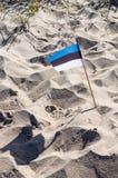 爱沙尼亚的小国旗在沙子sticked 免版税库存照片