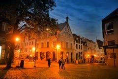 爱沙尼亚老塔林 黑暗的街道在晚上 免版税图库摄影