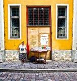 爱沙尼亚街道塔林供营商 免版税库存照片