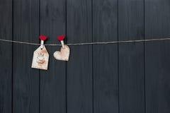 爱消息在华伦泰与词`爱`和桃红色心脏的` s天 手工制造 平的位置 水彩 库存照片