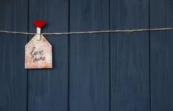 爱消息在华伦泰` s天以词`爱您`和桃红色心脏 手工制造 平的位置 水彩 库存图片