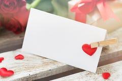 爱消息特写镜头在木背景与玫瑰,礼物的 图库摄影