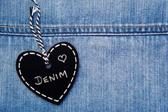 爱牛仔布-心脏在牛仔布的形状黑板 免版税库存图片