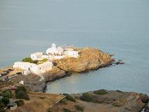 爱琴海使深刻的白色目炫的蓝色教会 库存照片