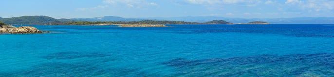 爱琴海海岸全景哈尔基季基州,希腊 免版税库存照片