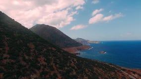 爱琴海海岸在希腊,克利特 克里米亚横向山海运乌克兰 Livadi海滩在巴厘岛村庄在海岛上的  股票录像