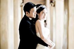 爱的亚洲婚礼夫妇展示概念 库存图片