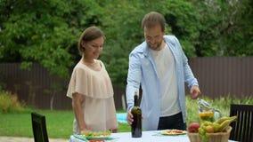 爱的夫妇为与快餐的品酒会议,浪漫晚餐做准备 股票视频
