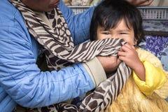 爱的母亲和孩子从巴厘岛,印度尼西亚的一个农村部分 免版税库存图片