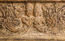 爱的符号 在被雕刻的墙壁安心的两个身体被做大约7世纪 在Aihole里面,印度印度寺庙的艺术品  库存图片